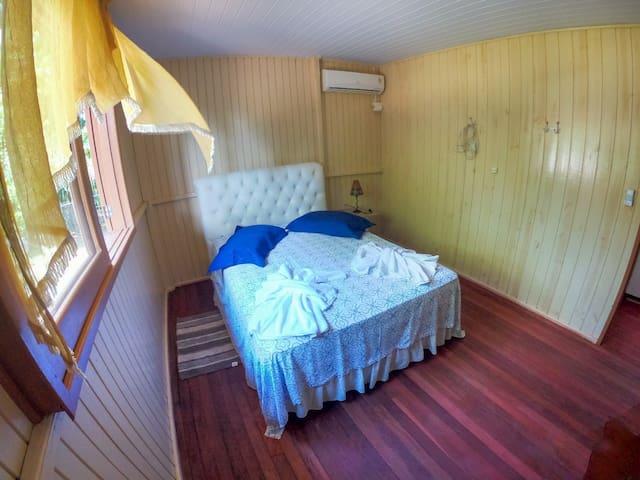 Quarto com cama de casal, com ar condicionado