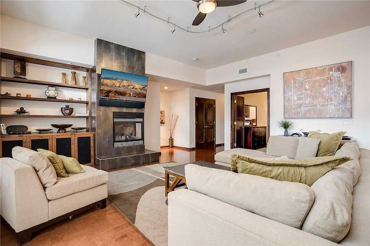 H206A by Pioneer Ridge: Luxury Downtown residence w/ brilliant views of Howelsen Hill