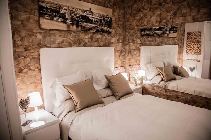 Dormitorio confortable. Cama con colchón viscoelástico.
