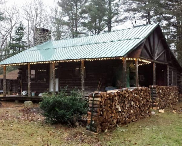 Two bedrooms in cozy log cabin plus tent site(s). - Hampden - Kabin