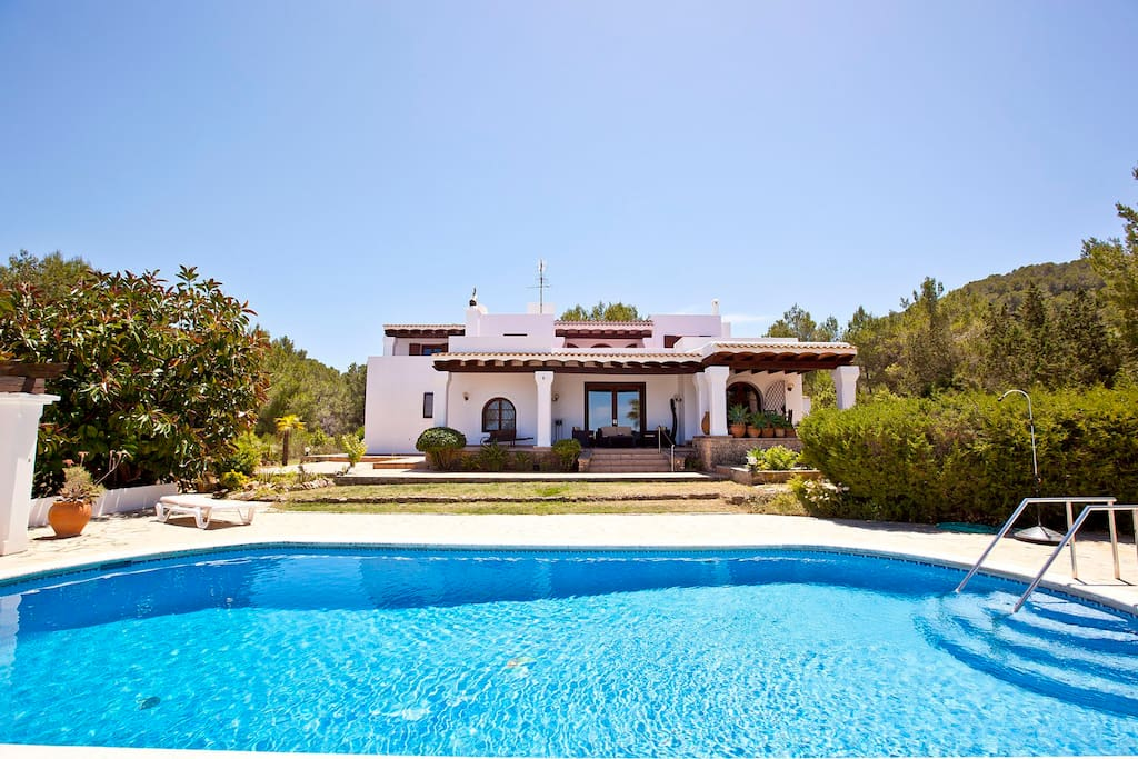 Ibiza villa with private pool cala bassa ville in for Piani di casa bungalow quattro camere da letto