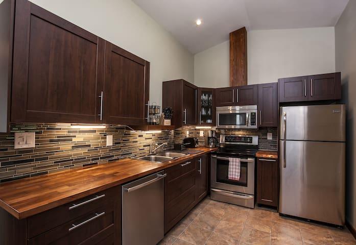 Big Bear Loft, new,great location, beautiful views - Revelstoke - Apartment
