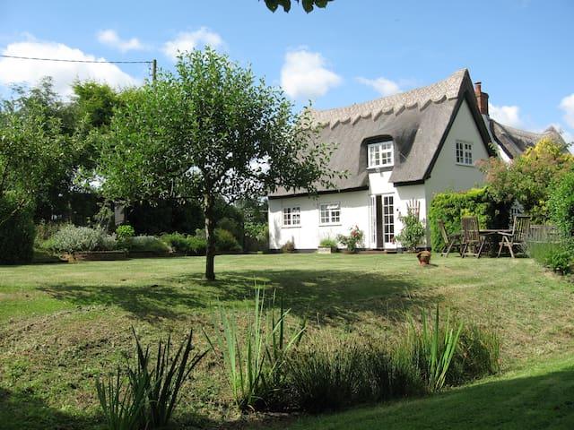 White Cottage, Iken, modernised country chic - Iken - Casa