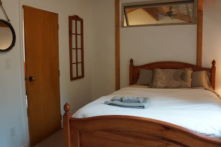 Red Fox HideAway - Private Room in Beautiful Home
