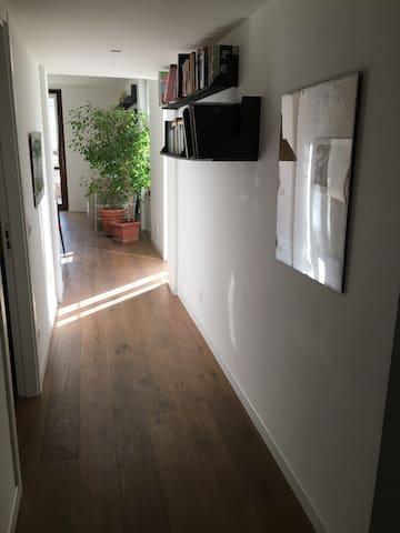 Corridoio che sfocia in cucina/sala e terrazzo