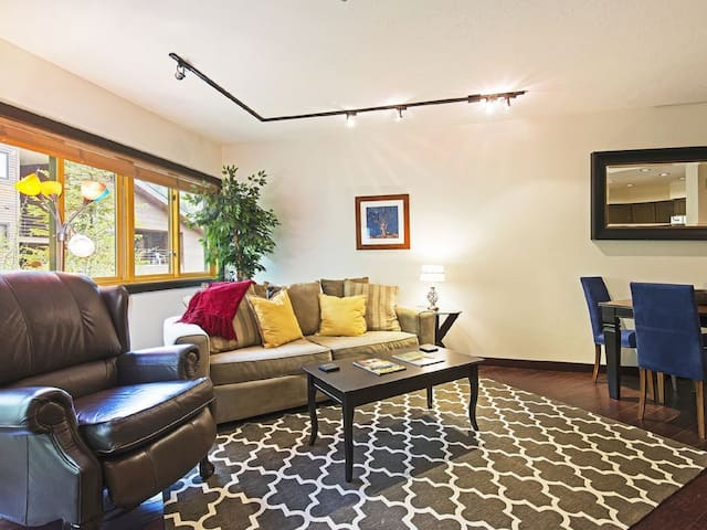 Swank Deer Valley 1 Bdrm steps from the lifts!