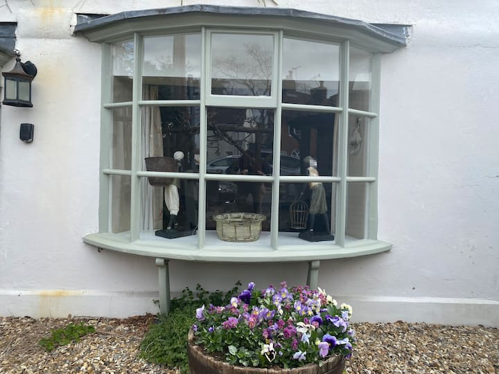 Cosy Grade II listed cottage, Ripley Surrey