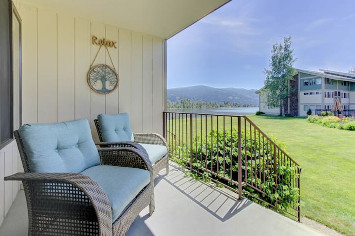 Lakeside condo w/ shared pool, Netflix/Amazon Prime, and spectacular views!