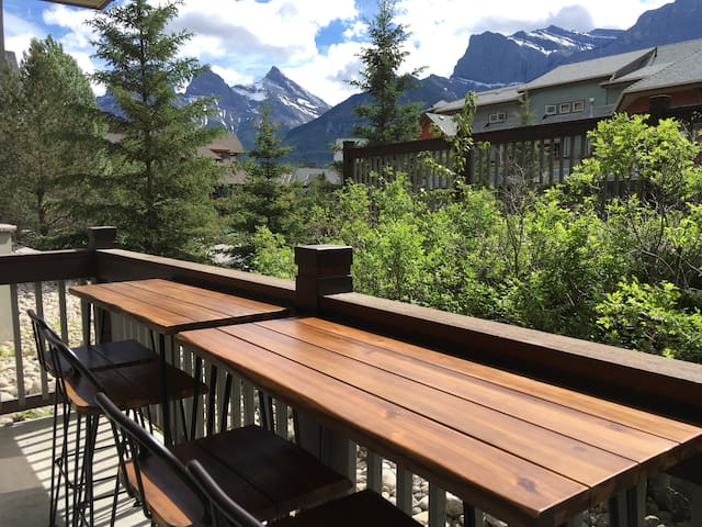 Beautiful 2bedroom/2bathroom in Canmore +amenities