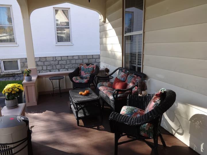 Cozy, Romantic, Historic Saratoga Apartment