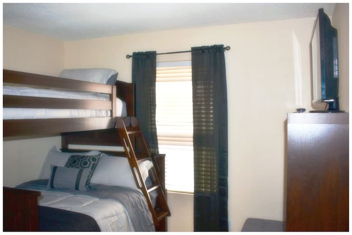 Full and twin bed, large closet, Smart TV