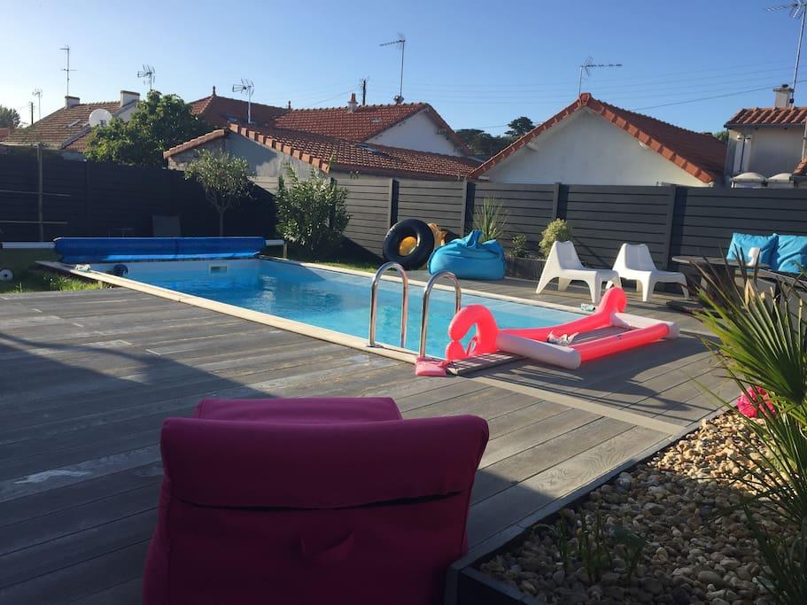 Terrasse/jardin avec piscine à l'arrière de la maison clos.