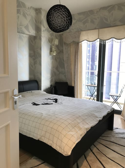 卧室2:炫酷科技感1.5米床带阳台聊天空间