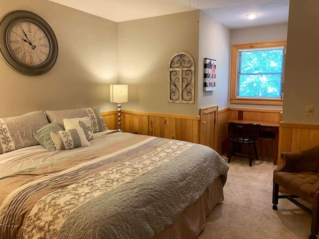Private Entry 2 Room Ranch Suite w/ King Bed