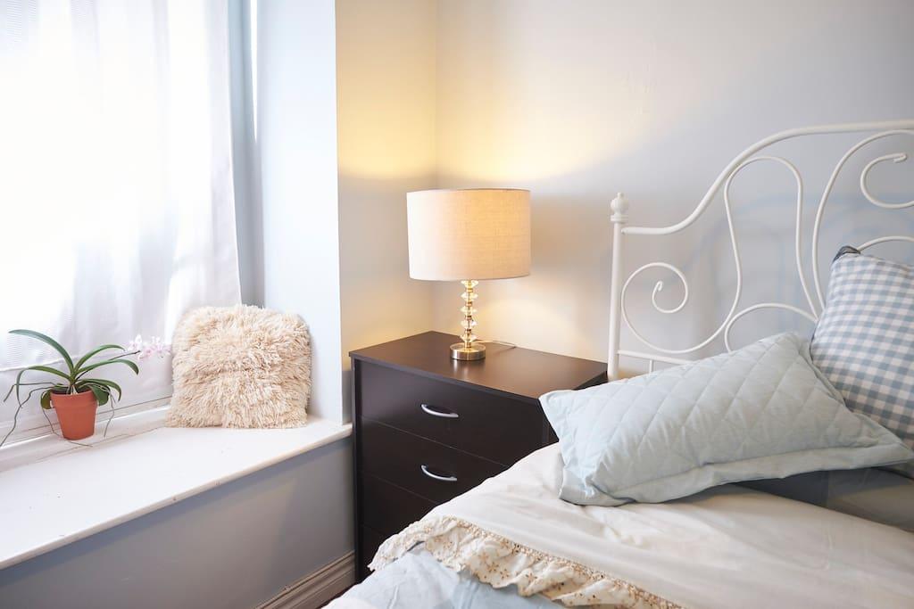 Sun bathed master bedroom in westend toronto for Planimetrie a un piano con due master suite