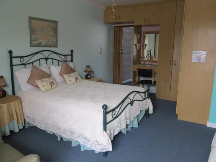 Addo Gateway Cottage fully equipped :  2 en suites