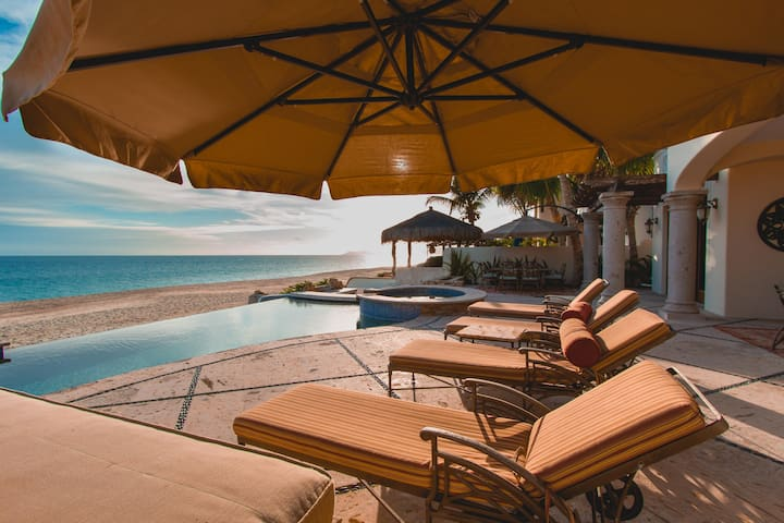 Eclectic 3bd Beachfront Villa with 2 Equal Masters