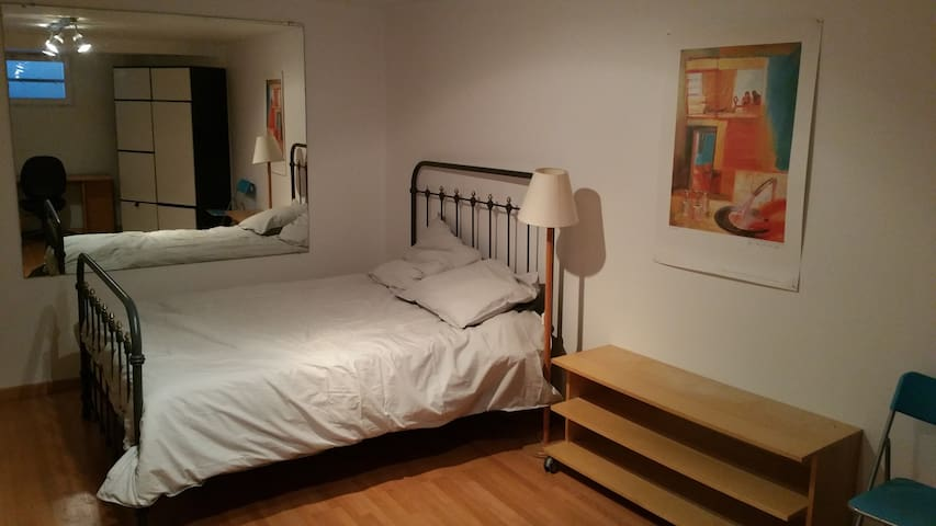 Very quiet large bedroom - Le Mesnil-le-Roi - Casa
