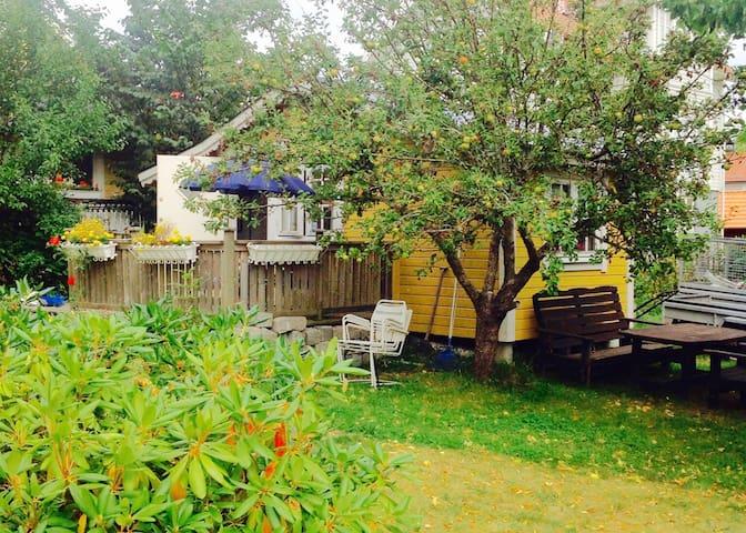 Charmigt litet hus mitt i Dalarö. - Dalarö - Casa