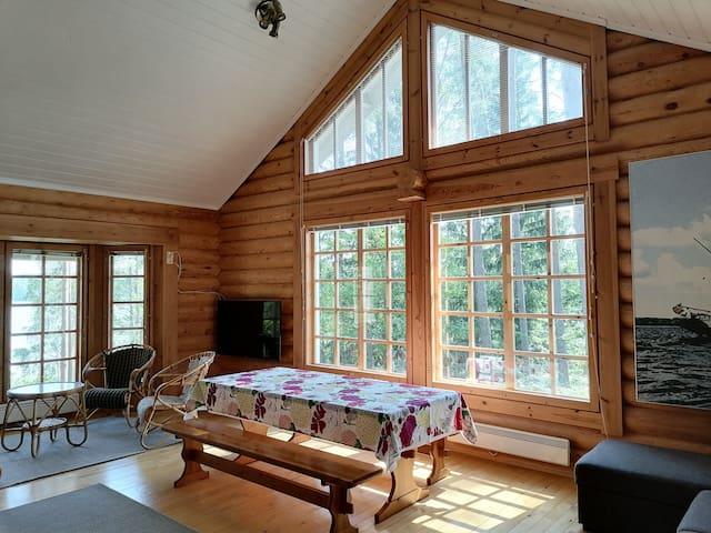 Suuret ikkunat tarjoavat kauniit maisemat ja paljon valoa.