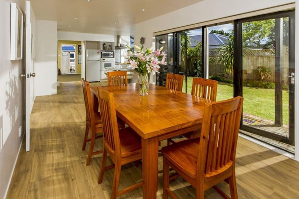 Open plan kitchen/dinning