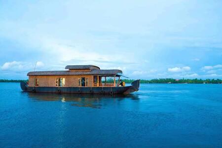 Cruise on Lake Punnamada - Alappuzha