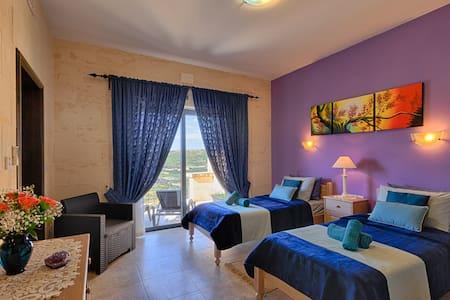 Twin Room Ensuite Bathroom / Panoramic Sea Views