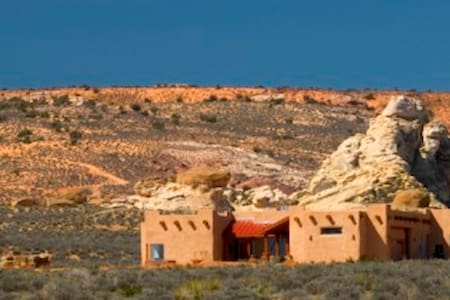 Sunny Strawbale House- Big Water, Utah - Big Water - Maison