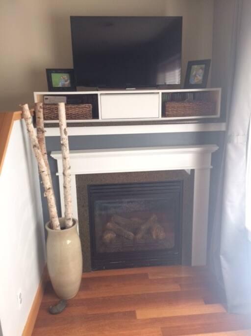 Cozy Gas Fireplace to enjoy Netflix!