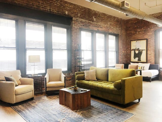Spacious Loft in HEART of Downtown Music City! 406