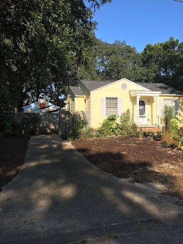 Charming Navy Point cottage with secret garden