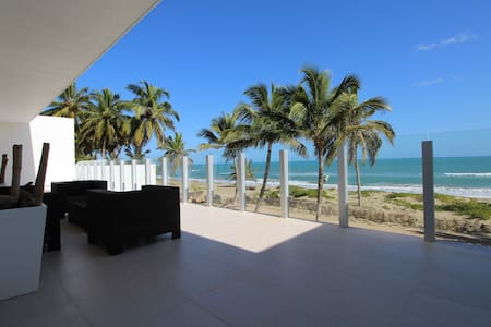 Ultra Modern Beachfront Villa - คาบาเรต