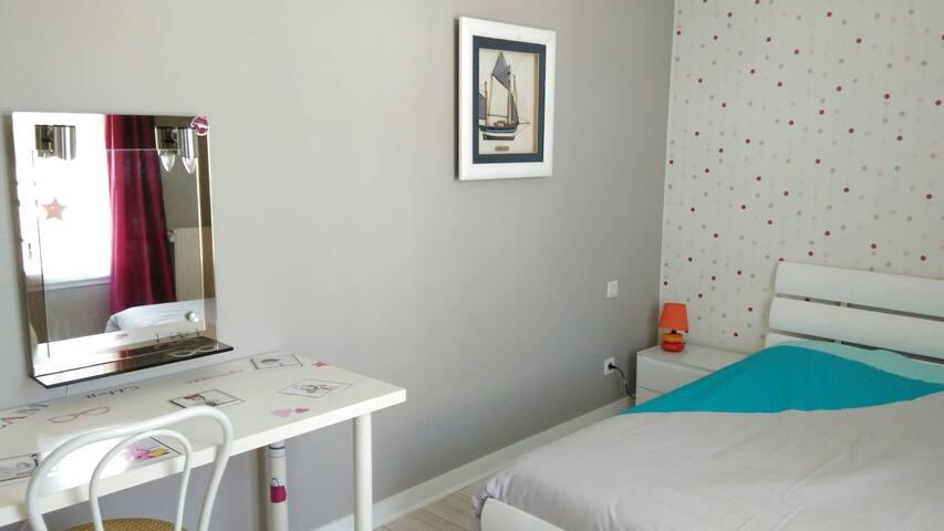 Colocation (chambre n°2 ) sympa, très bien située. - Aytré - House