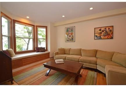 Room type: Entire home/apt Property type: Townhouse Accommodates: 8 Bedrooms: 3 Bathrooms: 3.5