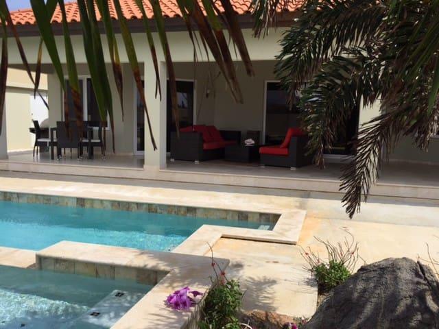 Cozy guestroom & pool - Noord - Huis