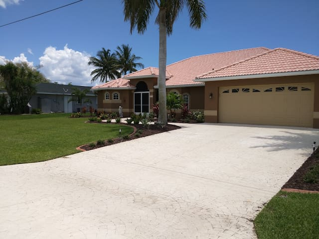 WaterFront Home w/ Heated Pool, Private Bed/Bath - Cape Coral - House