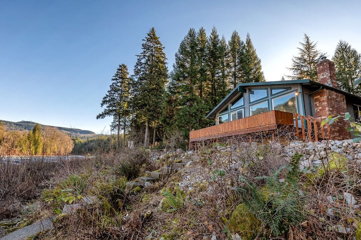 NEW! Miracle Mountain Lodge: 2 BR riverfront w/ mountain view, WIFI, fireplace