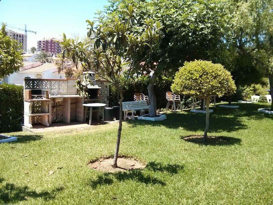 Piscina y jardín comunitario