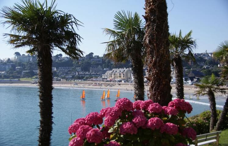 Villa vue  mer  au cœur de la côte de Granit Rose