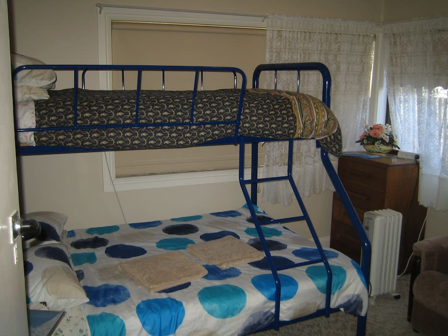 Triple bunk and single bed room