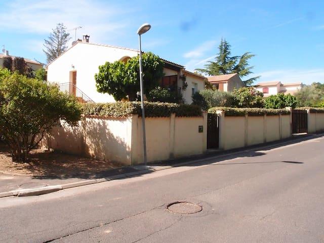 F1 bis au R de C dans villa avec jardin privatif - Aniane - วิลล่า