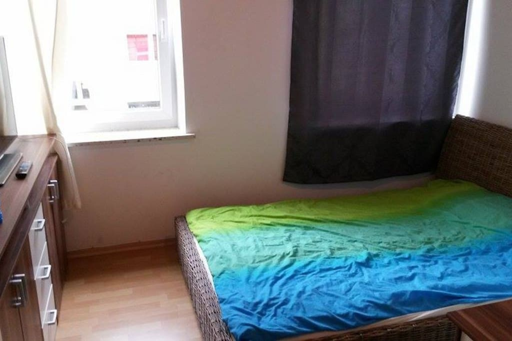 Zimmer (Ecke mit Bett+TV)
