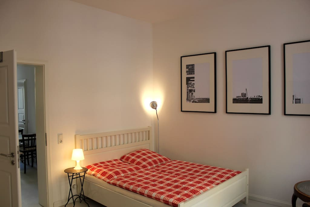 Gemütliches Doppelbett im Schlafbereich.