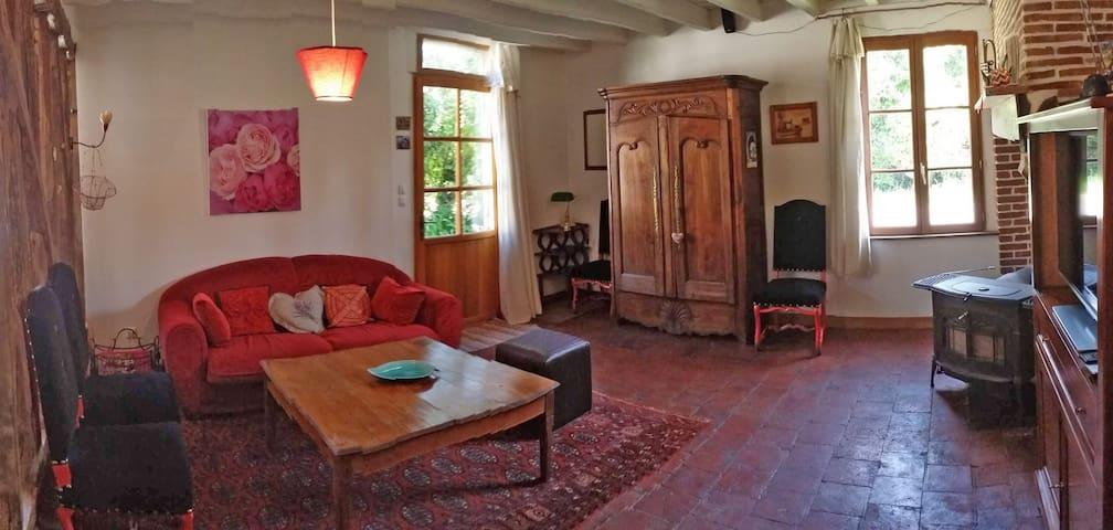 Le salon avec le poêle à bois et le fameux four à pain