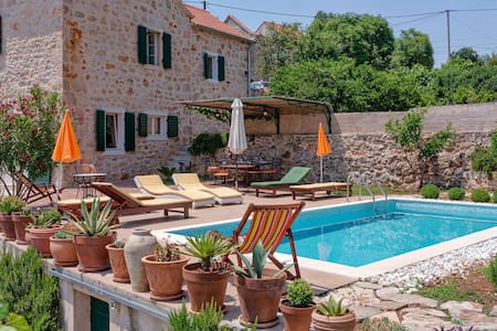 Charmingly refurbished stone houses - Vrbanj - Villa