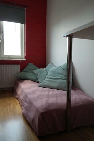Kontor/gästrum med två tjocka madrasser.