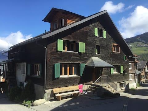 Wohnung in gemütlichem Bündner Schindelhaus