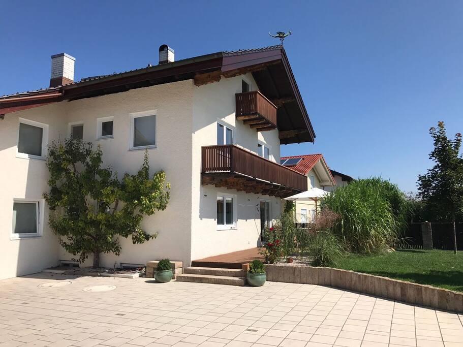 Haus mit der grossen Auffahrt und dem Garten mit Blick auf die Berge