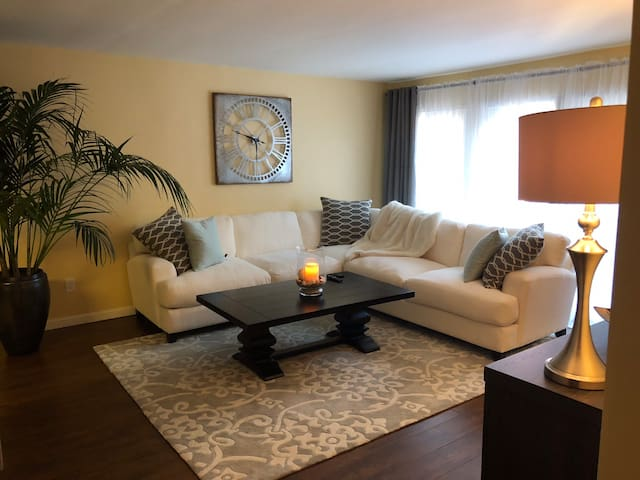 Cozy split level condo with rooftop deck close to beach!