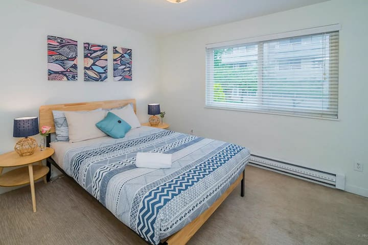 Fun and Bright Queen Anne Private 1-BR Apt 203